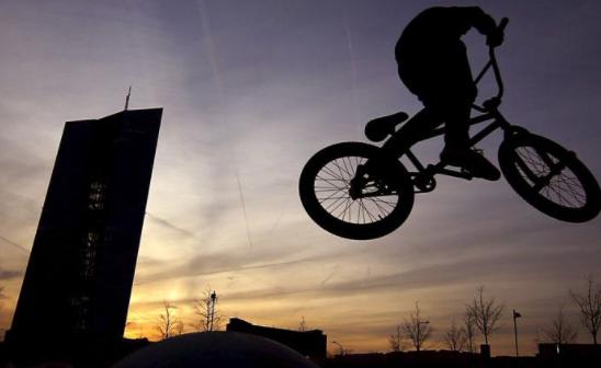 Чоловік вистрибнув з 12 поверху верхом на велосипеді: моторошний момент потрапив на відео