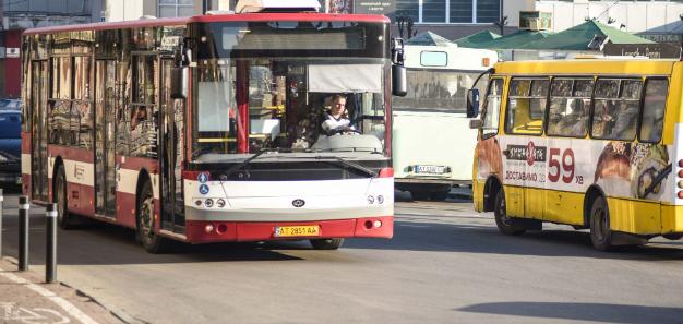 Без паніки в «червоній» зоні: мер Франківська заявляє, що транспорт і ринки будуть працювати