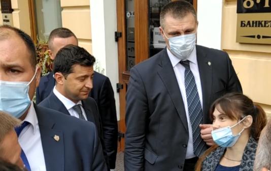 """""""Здохни, па*ла!"""": Зеленського у Чернівцях жорстко облаяли під час візиту (відео)"""