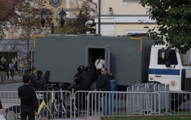 Розпилили в обличчя перцевий газ, заламали руки і потягли землею: у Білорусі силовики затримали 13-річну дівчинку