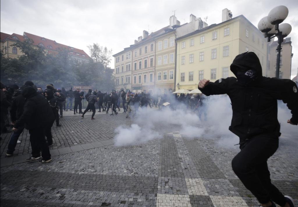 Водомети і сльозогінний газ в центрі Праги (ФОТО)