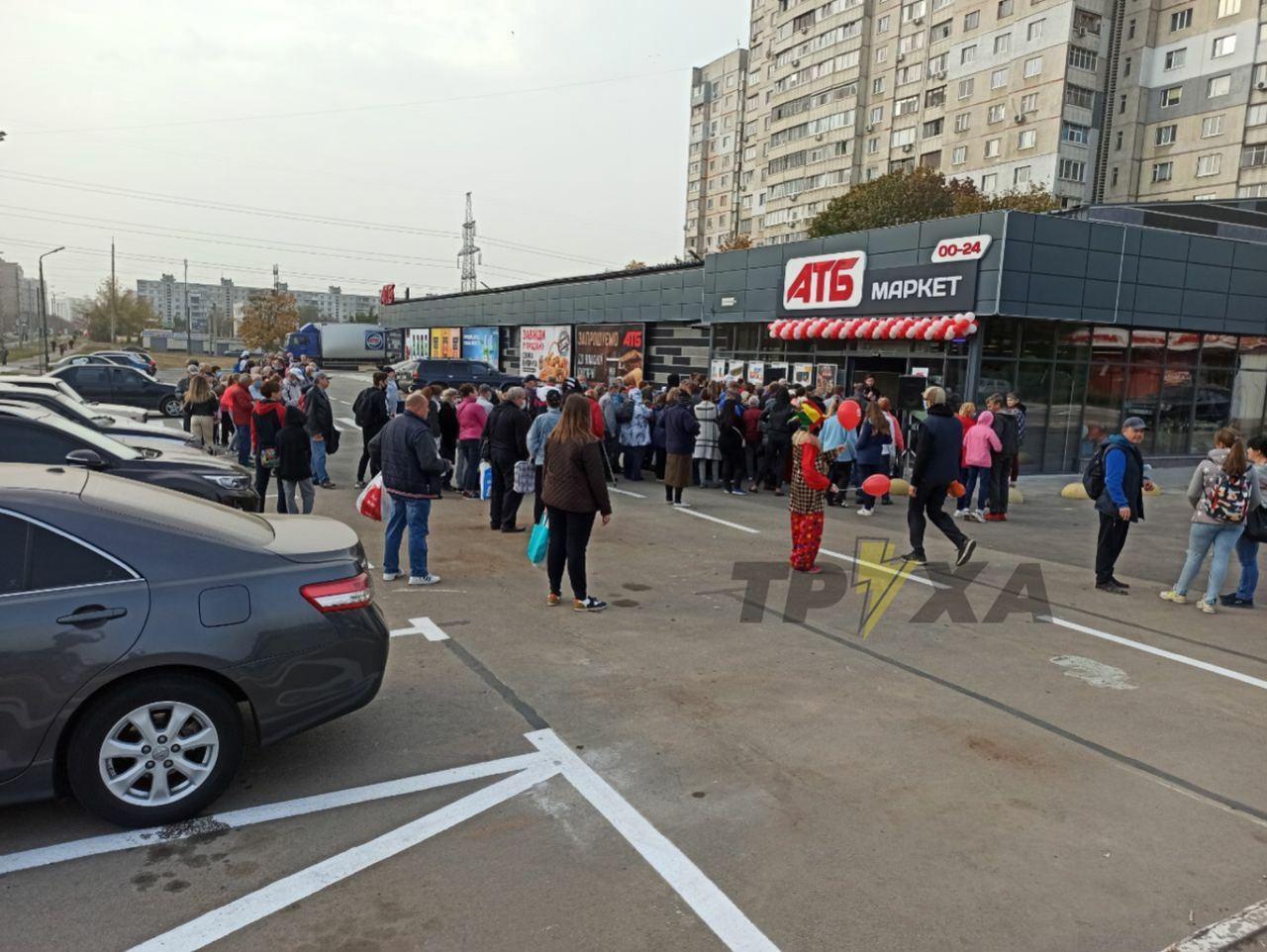 Який там карантин: в Харкові натовп людей взяв штурмом новий магазин, фото і відео