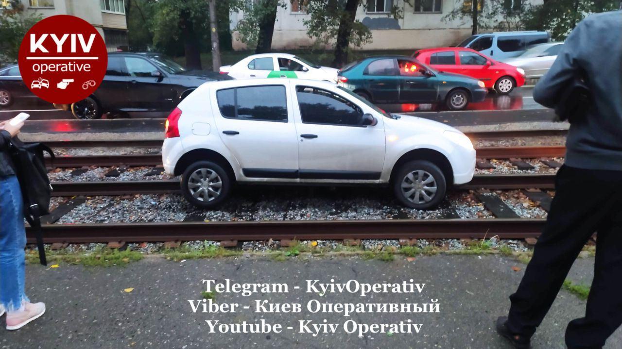 Справжній унікум: в Києві горе-водій паралізував рух трамваїв дурною витівкою
