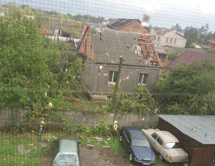 Знесені дахи, зруйновані стіни в будинках, повалені дерева: Україною пронеслась негода (фото)