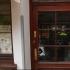 87-річна жінка з сокирою пограбувала бар в Остраві — хотіла сигарет