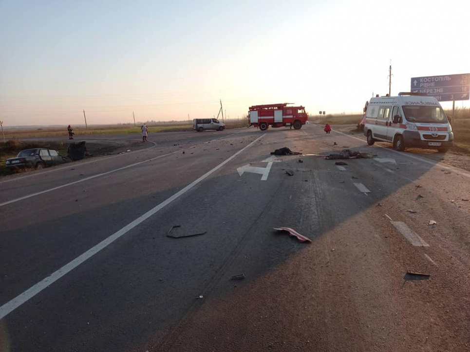 Автівка з трьома дітьми у салоні потрапила в аварію, є загиблі