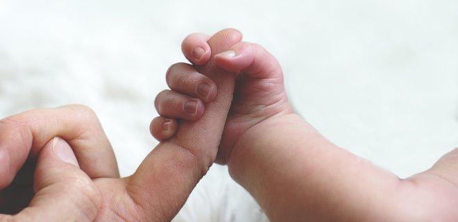 Жінка народила під дверима лікарні, її не впустили через COVID-19 (відео)