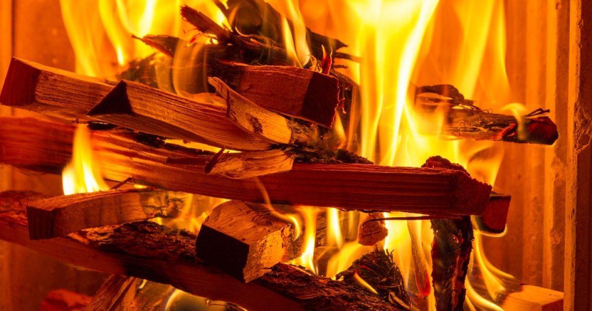 Хотіла допомогти батькам: у Кіровоградській області за хвилини згорів будинок багатодітної родини