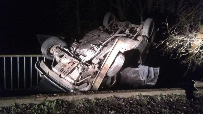 Авто зависло над прірвою, один з пасажирів зірвався