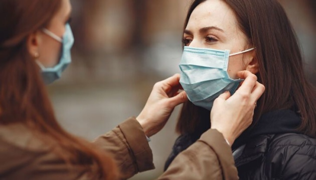 Чи потрібна захисна маска на вулиці: чітка відповідь від лікаря