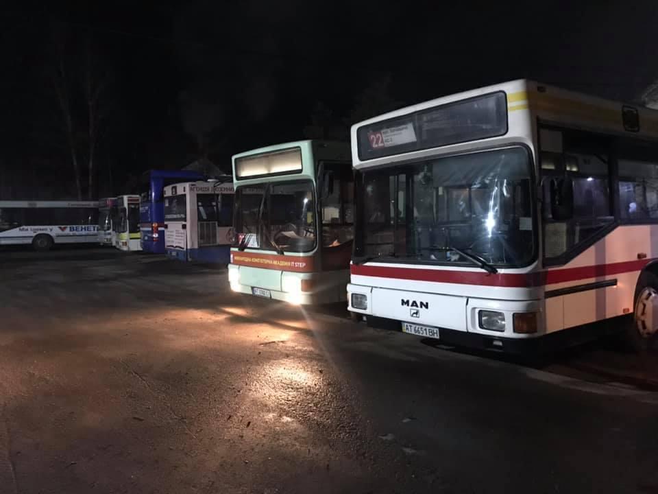 Соцмережі: У Франківську водій маршрутного автобуса вдарив в обличчя жінку