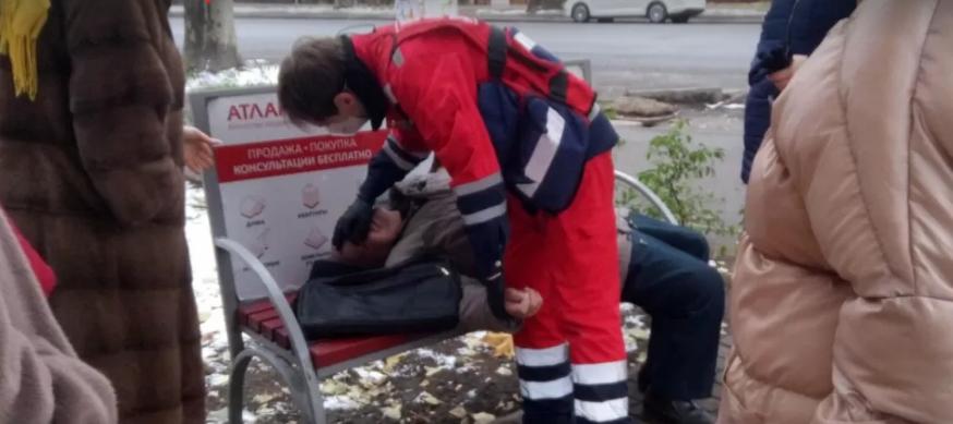 """В Одесі чоловік помер на лавці: """"швидка"""" не їхала впродовж години (фото)"""