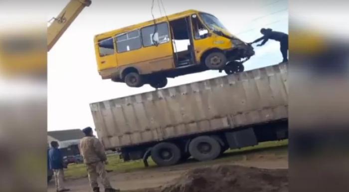 На Миколаївщині маршрутка з людьми впала у басейн (відео)