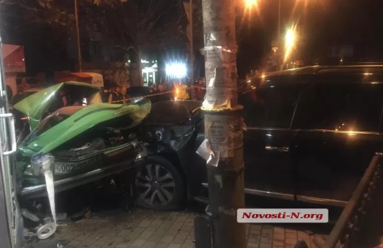 У Миколаєві два авто влетіли в зупинку: є жертви (фото)