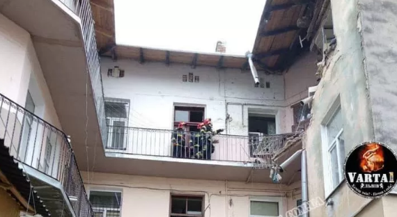 """Новини У Львові вибухнув будинок: обвалилися стіни, людей забрала """"швидка"""" (фото)"""