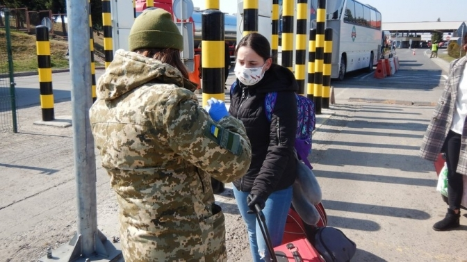 Українських заробітчан почали депортувати з ЄС: проводять спецоперації і шукають порушників