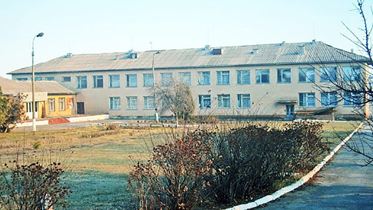 Варив самогон і знущався над учнями: під Черкасами батьки вимагають звільнити директора школи
