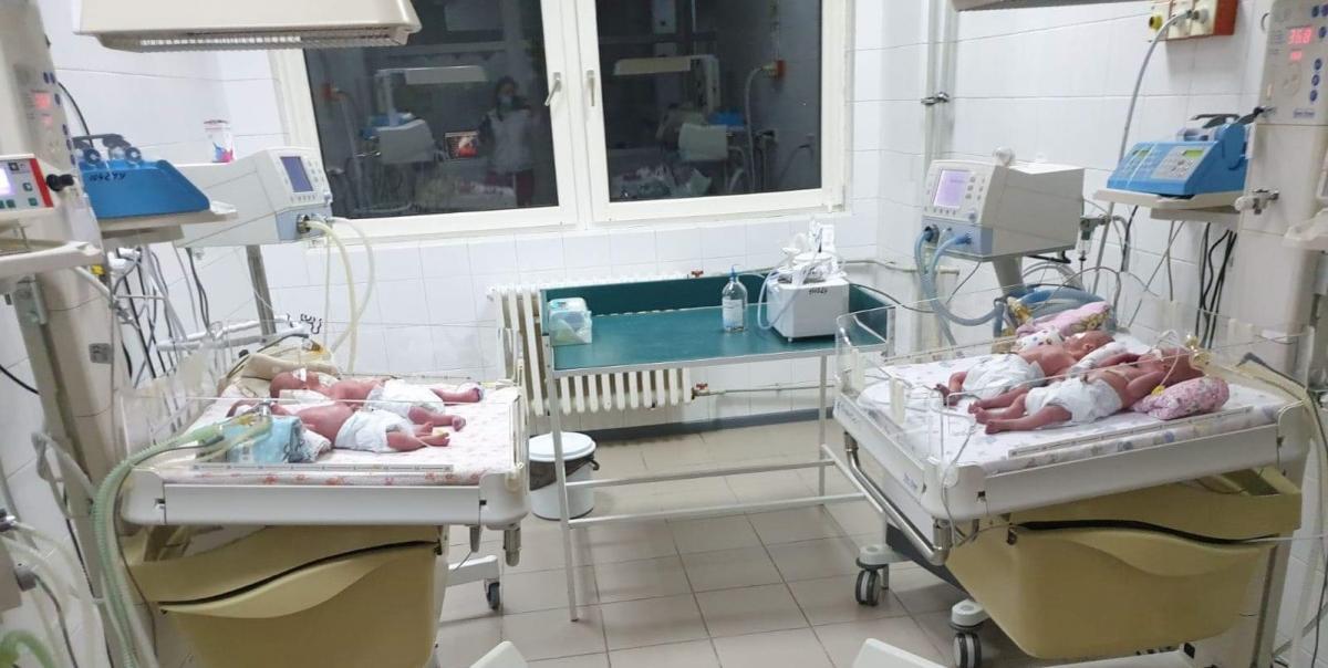 """В Ужгороді жінка народила четвірню """"у сорочці"""", лікарі провели унікальний кесарів розтин"""