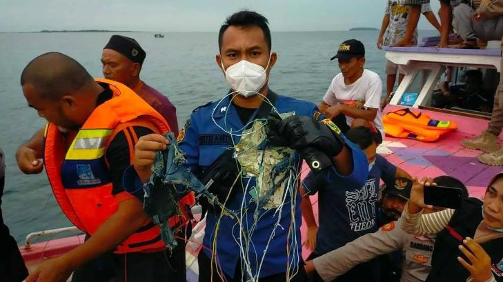 Літак, який зник з радарів над Індонезією, розбився у морі (фото, відео)