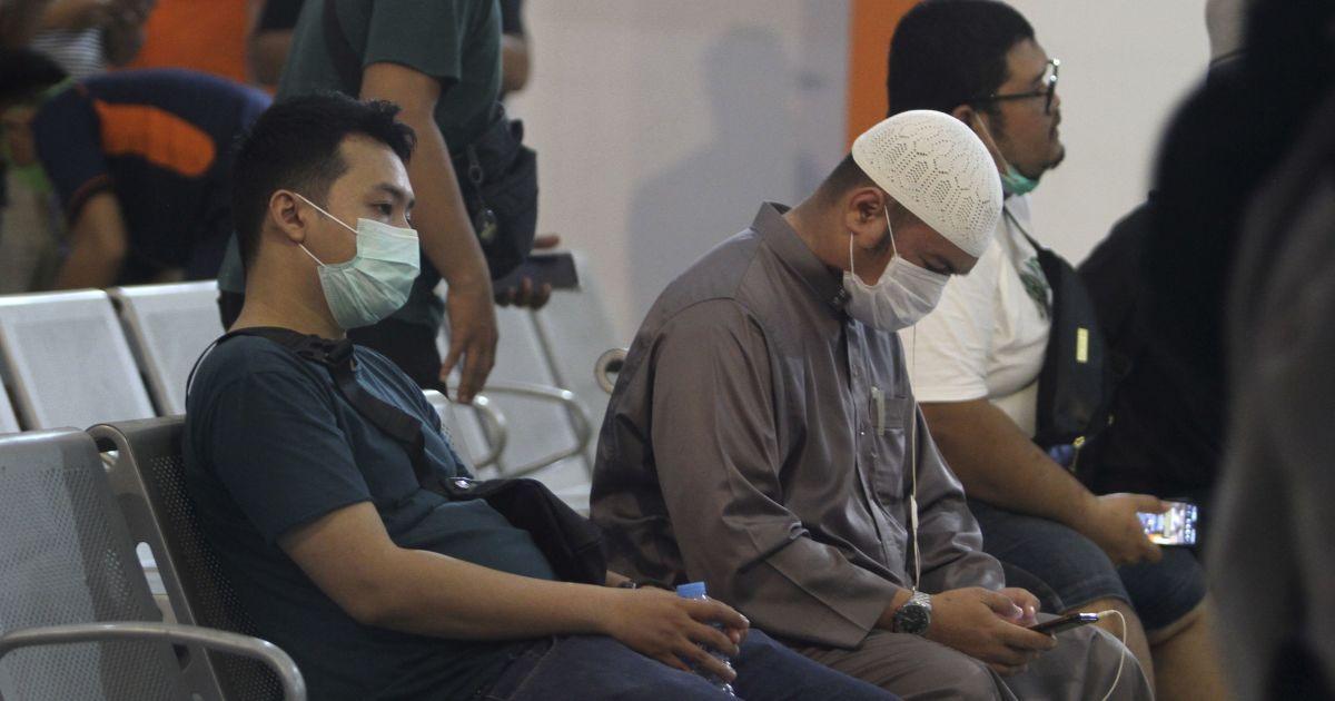 Не бачилися понад рік: чоловік втратив цілу сім'ю в авіакатастрофі літака в Індонезії