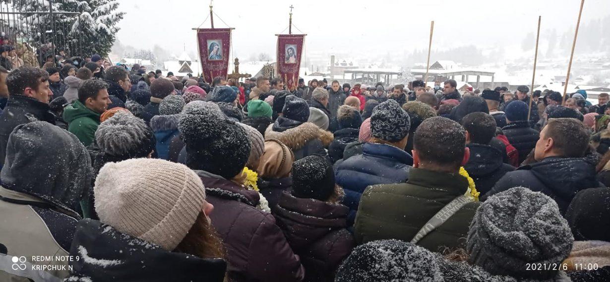 """""""Грай на небесах"""": сотні людей попрощалися з цимбалістом Петром Сказківим"""