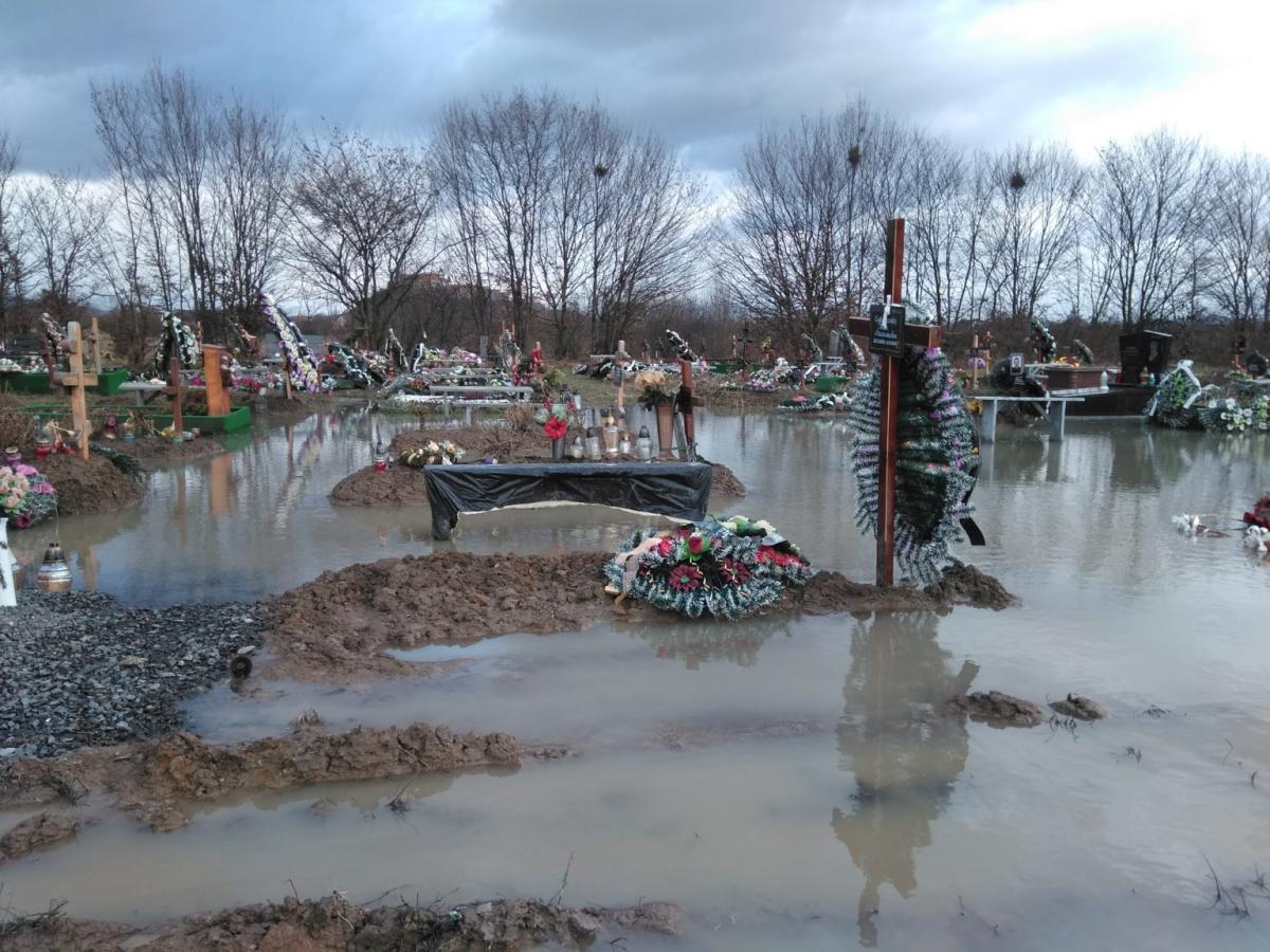 """""""Черпали з могил відрами"""": у Мукачевому кладовище пішло під воду"""