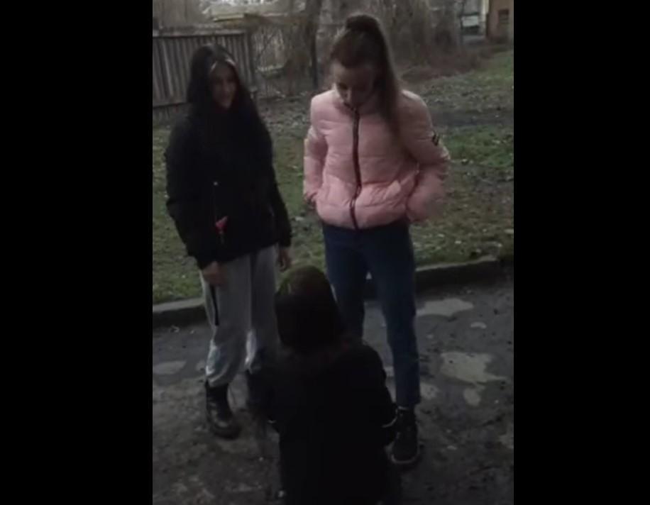 У Кривому Розі школярки жорстоко побили свою однолітку. Відео