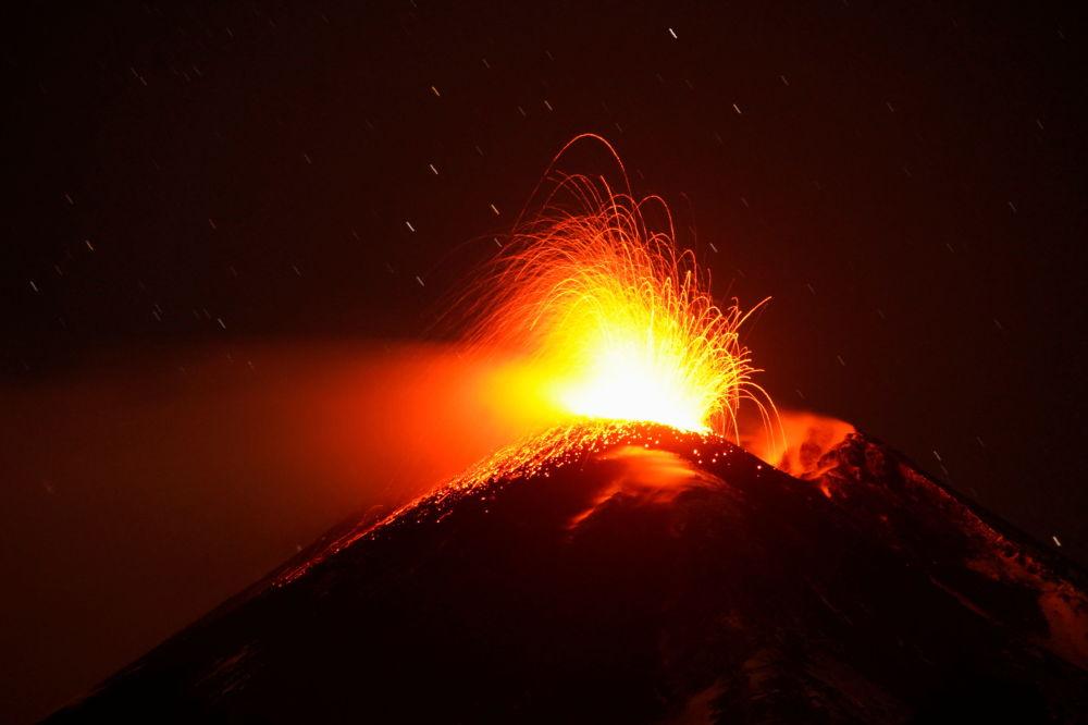 В Італії почалося потужне виверження вулкану Етна: видовищні фото і відео