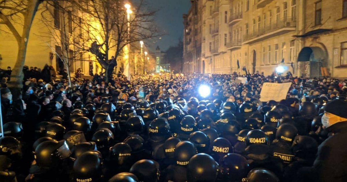 Сутички під Офісом президента: десятки поранених та затриманих  (фото, відео)