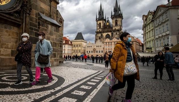 Чехія зобов'язала носити одночасно дві маски у магазинах і транспорті