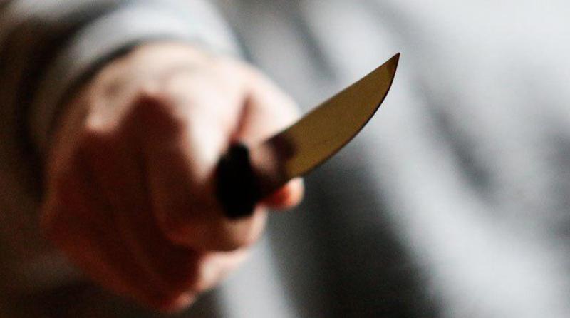 На очах у матері: у столиці неадекват вдарив ножем хлопчика у живіт