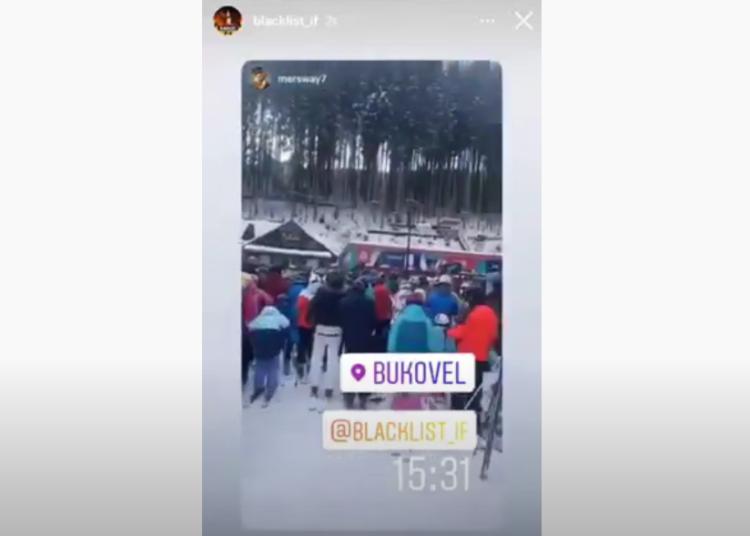 """""""Франківськ, не хворійте"""": у Буковелі сотні туристів утворили чергу на підйомник (відео)"""