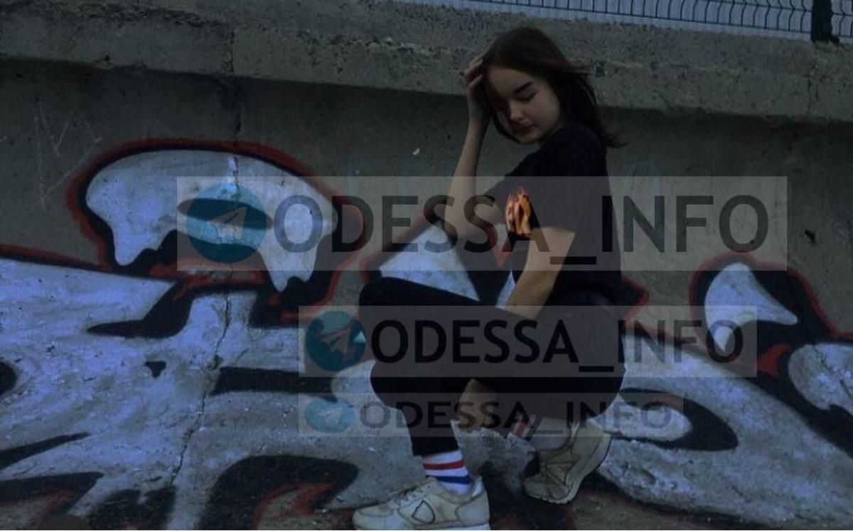 В Одесі 13-річна школярка кинулася під потяг (фото)