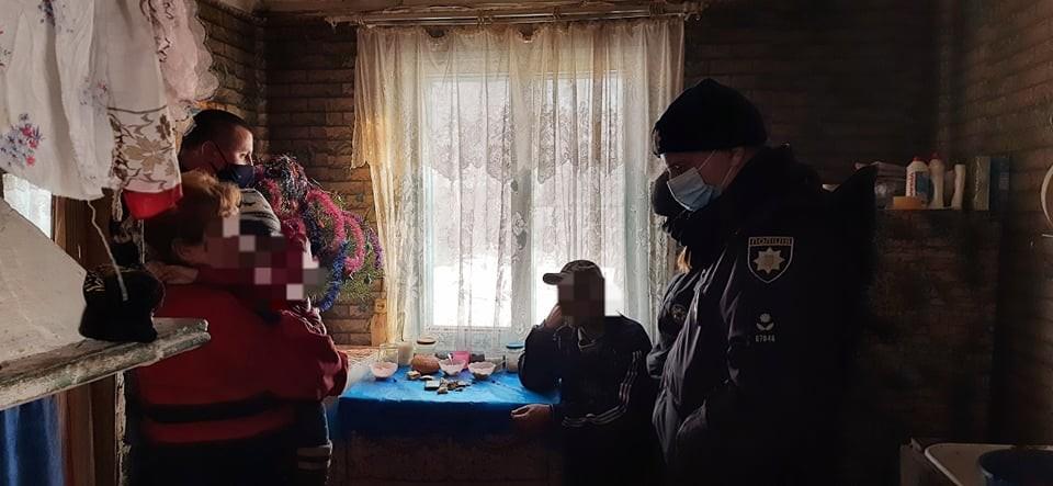 Доки голодна дитина на Волині мерзла у холодному будинку, матір пиячила зі співмешканцем