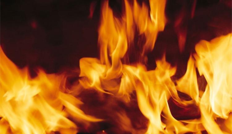 У Львові чоловік, якому відімкнули газ і електрику, розпалює багаття в квартирі