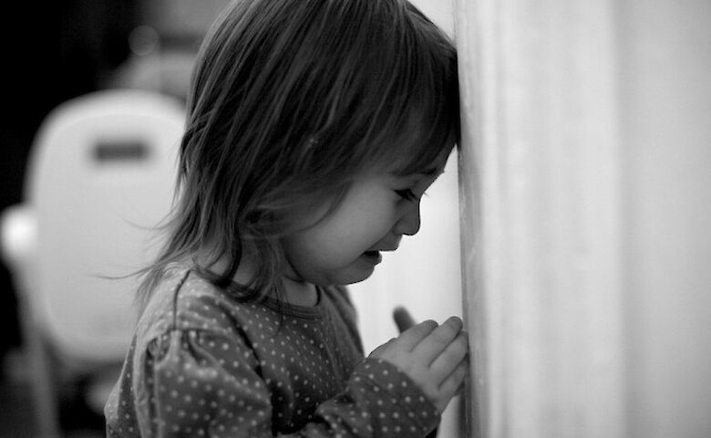 Дитина їла побілку зі стін: на Одещині горе-мати тримала під замком і морила голодом 3-річну дитину