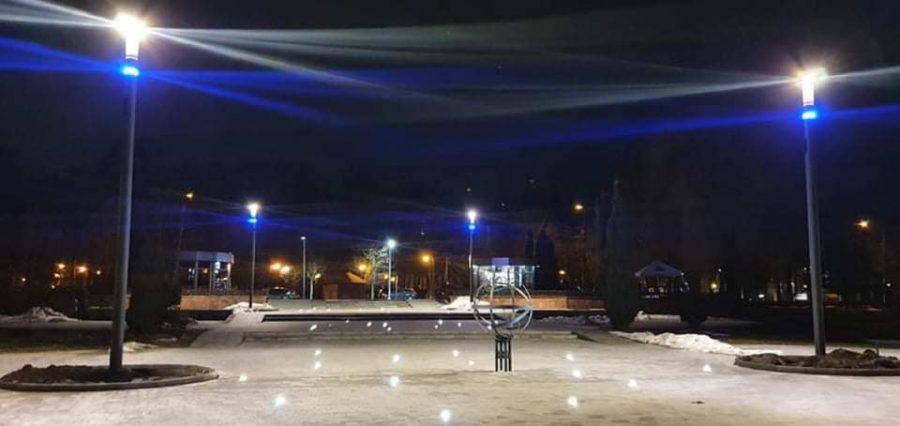 Зоряне небо: у Франківську підсвітили центральний вхід на міське озеро (ФОТО)