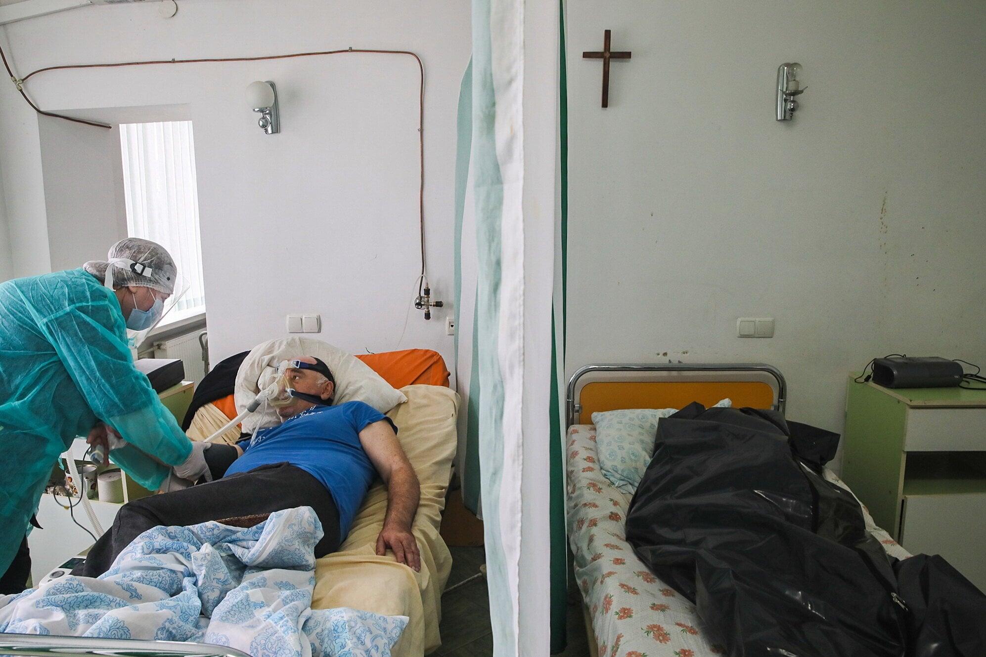Живих від мертвих відмежовує фіранка: світлина дня з Коломийської лікарні (ФОТО)