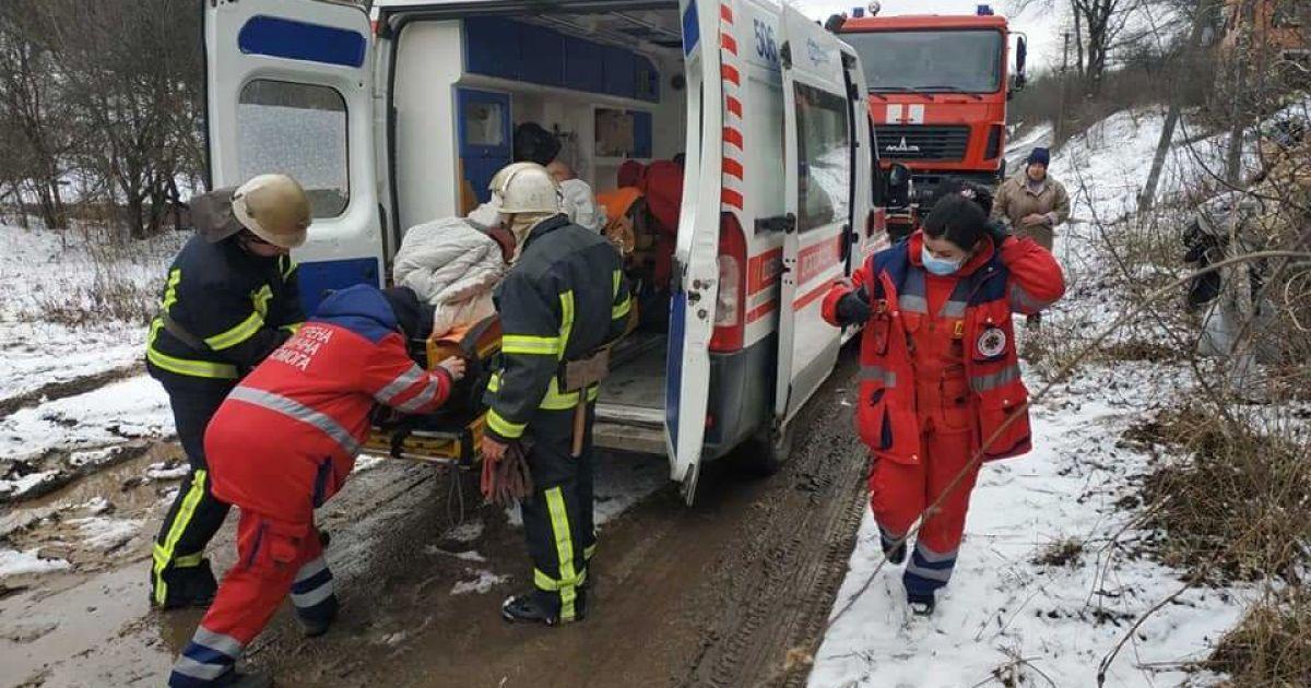 """Під Харковом медики не змогли доїхати до пацієнта: чоловіка до """"швидкої"""" несли 2 км на руках (відео) (фото)"""