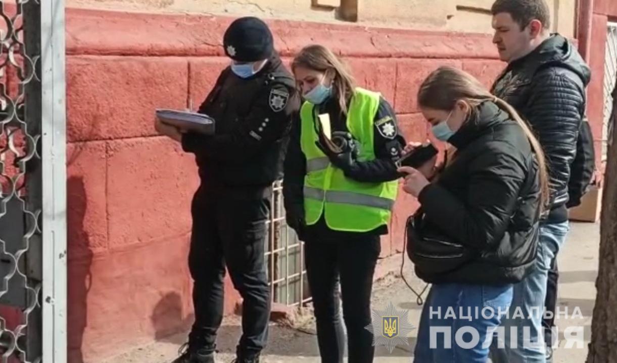 В Одесі чоловік по-звірячому вбив матір і приніс в мішку до школи: фото і відео з місця трагедії