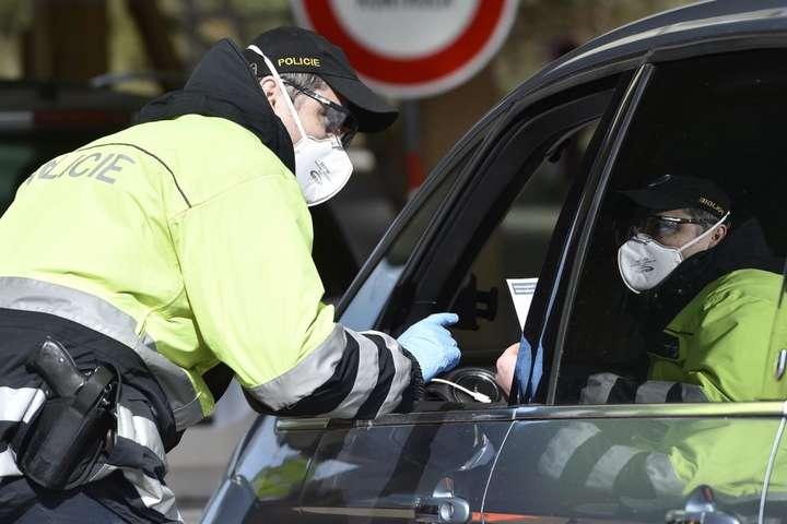 У Чехії поліцейські перевіряють всі автомобілі на кордонах між областями
