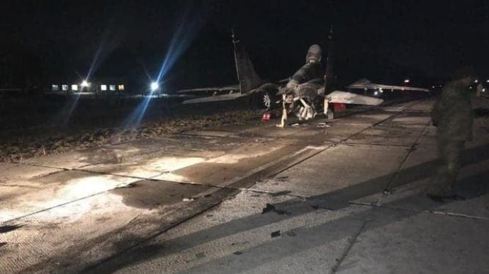 На аеродромі під Києвом автомобіль врізався у винищувач МіГ-29