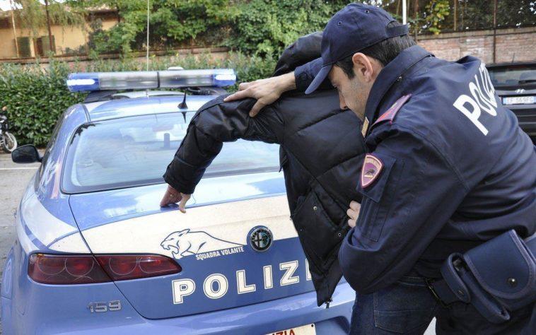 Українець в Італії покусав поліцейських та помочився в їх машині, після арешту за п'янство