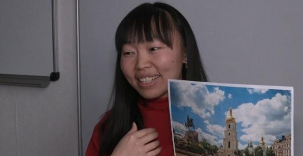 Змінила Китай на Рівне: неймовірна історія китаянки, яка навчає дітей мови (ВІДЕО)