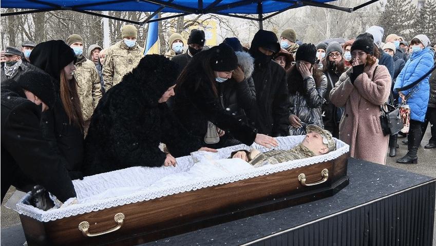 """""""Мати заливала слізьми гробовину"""": у Кропивницькому попрощалися з військовим, який загинув на Сході"""