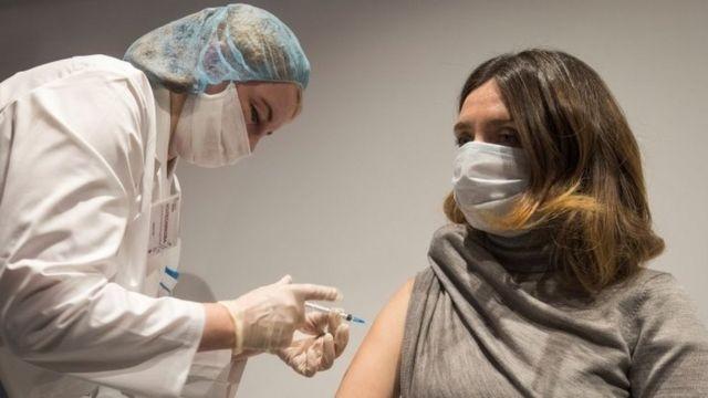 Безпліддя, розсіяний склероз та генетична зброя: у МОЗ спростували поширені фейки про вакцинацію від COVID-19