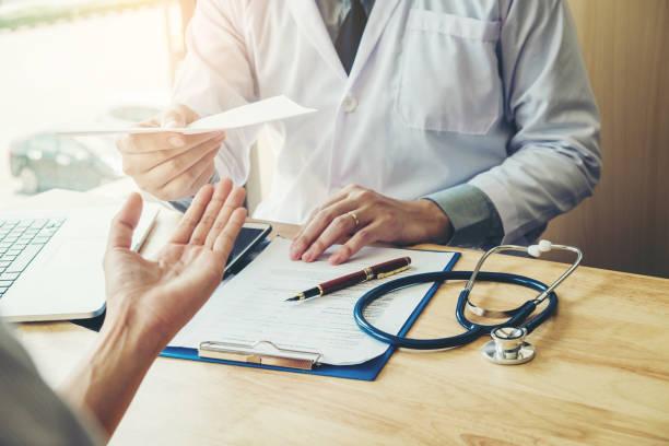 Урізати виплати і штрафувати лікарів: в Україні вигадали нову схему лікарняних