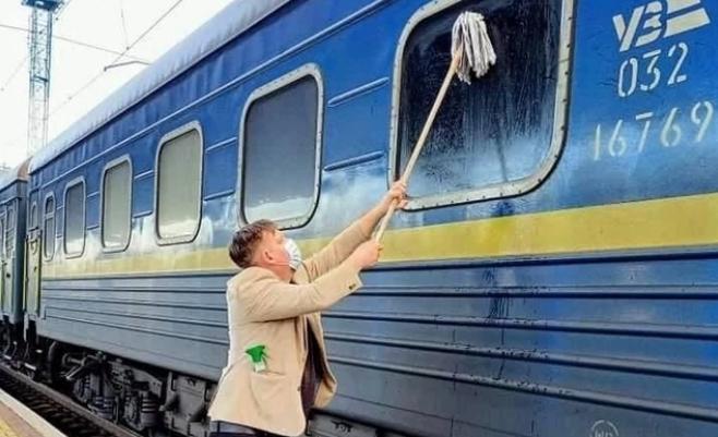 «Швабру тобі в руки»: обурений брудом іноземець сам помив вікно поїзда «Укрзалізниці»