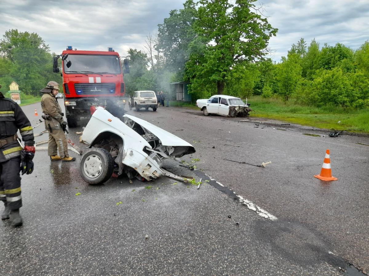 В аварії на Харківщині авто розірвалося навпіл та загорілося (фото, відео)