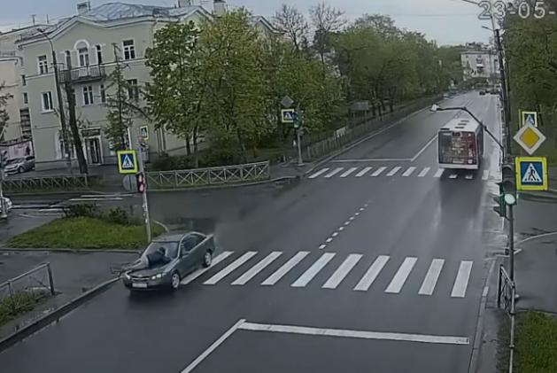 Водійка 8 кілометрів провезла чоловіка на капоті